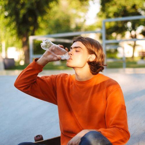 tratar boca seca bebiendo agua